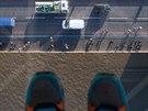 Pohled ze skleněné plošiny na londýnském mostě Tower Bridge