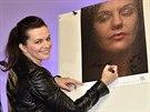 Marta Jandová u své fotografie pro kalendář Art For Life