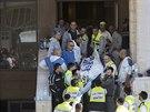 Z�chran��i vyn�ej� t�la ze synagogy v jeruzal�msk� �tvrti Har Nof (Izrael, 18. listopadu 2014).