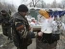 Proruští separatisté si vaří jídlo na checkpointu v blízkosti doněckého letiště (Donbas, 18. listopadu 2014).