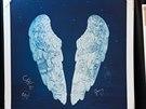 Origin�ln� lepty k desce Ghost Stories podepsan� kapelou Coldplay p�ed koncertem v lond�nsk� Royal Albert Hall (�ervenec 2014)