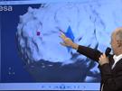 Pravděpodobná poloha modulu Philae se nachází někde na okraji kráteru v modře vyznačené oblasti. Červený čtvereček ukazuje plánované místo přistání, odkud se však sonda odrazila. Stefan Ulamec, který měl na starosti přistávací manévr, ukazuje pravděpodobnou cestu Philae při prvním odskoku.