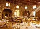 Hosté mohou večeřet na otevřeném nádvoří, střešní terase nebo rovnou pod hvězdami.