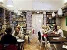 Mezi řádky. Kavárna na Štefánikově ulici od pohledu ladí knihomolům. Kromě snídaní a lehčích obědů se tu konají křty knih i veřejná čtení. Má vlastní pekařství a zároveň zaměstnává ty, kdo práci nacházejí hůře.