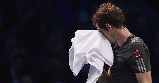 Andy Murray ví, �e je zle. V souboji s Rogerem Federerem na Turnaji mistr� byl...
