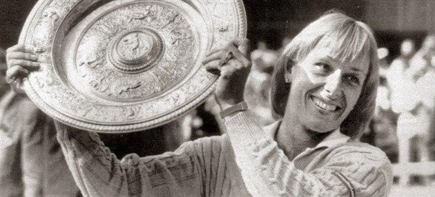 Tenistka Martina Navrátilová s pohárem za vít�zství ve Wimbledonu v �ervenci...