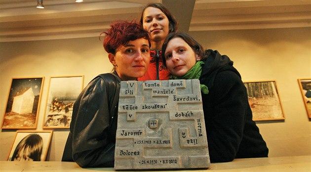 Pam�tní desku man�el� �avrdových vytvo�ila socha�ka �árka Mikesková (vlevo), s...