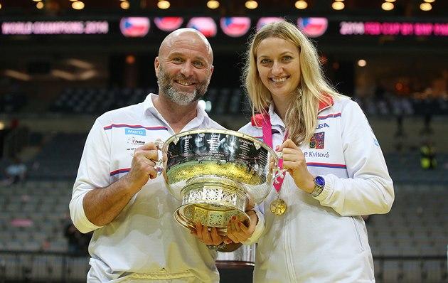 S TROFEJÍ. Petra Kvitová a její trenér David Kotyza pózují s poslední trofejí,...