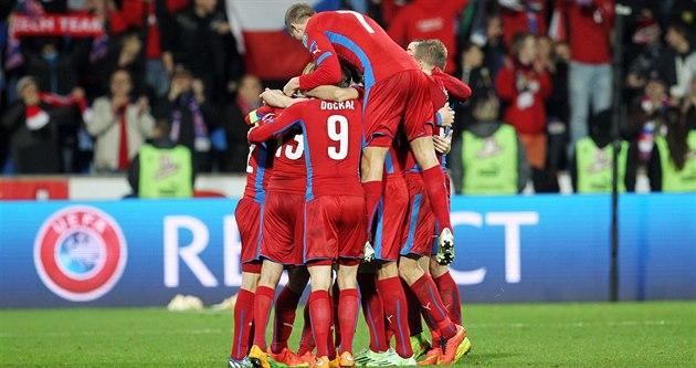 HROMADA RADOSTI. �e�tí fotbalisté slaví gól proti Islandu.