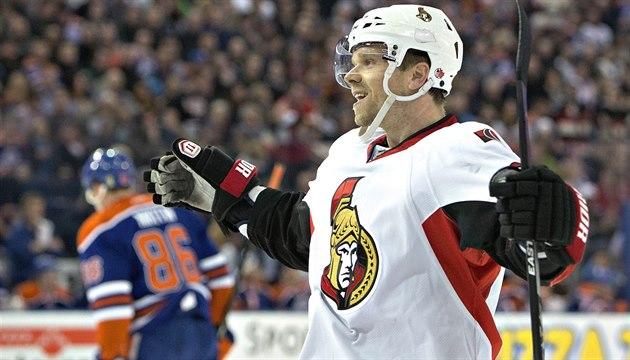 Úto�ník Milan Michálek z Ottawy se raduje z gólu v duelu s Edmontonem.