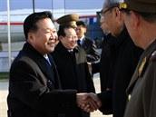 Vicemaršál Čche Rjong-he (vlevo) před odletem do Moskvy