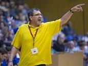 Trenér Zlína Jiří Mičola diriguje svůj tým.