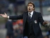 CO JE TOHLE! Italský trenér Antonio Conte je o�ividn� nespokojený.