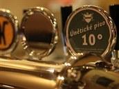 Pípa oblíbené pivní hospody Nota Bene, kde se to�í piva z men�ích �eských...