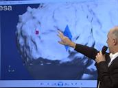 Pravděpodobná poloha modulu Philae se nachází někde na okraji kráteru v modře vyznačené oblasti. Červený čtvereček ukazuje plánované místo přistání, odkud se však sonda odrazila.