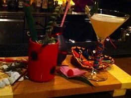 Koktejlový obraz se skládá ze tří vzájemně se doplňujících drinků.