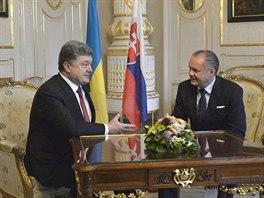 Ukrajinský prezident Petro Porošenko hovoří se svým slovenským protějškem Andrejem Kiskou během návštěvy v Bratislavě (16. listopadu 2014).