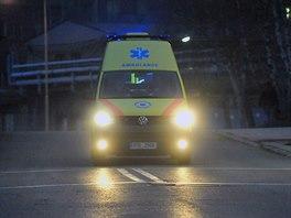 Sanitka vyjíždí z areálu Dolu ČSA v Karviné, pod kterým vinou silného otřesu zamřeli tři horníci a devět jich bylo zraněno. (14. listopadu 2014)