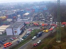 Pohled na místo neštěstí z paluby vrtulníku v okamžiku, když už záchranné práce skončily. (18. listopadu 2014)
