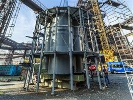 V Dolních Vítkovicích vynáší jeřáb nástavbu na vysokou pec číslo 1. Bude z ní nejvyšší vyhlídka na Ostravu.