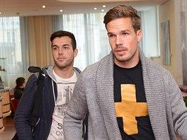 Filip Nov�k (vpravo) a Martin Posp�il p�ich�zej� na sraz fotbalov� reprezentace.