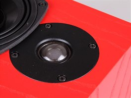 Výškový měnič má lakovanou hedvábnou kalotu. Je umístěn co nejblíže středobasovému měniči, což přispívá spojitosti reprodukovaného zvukového pole.