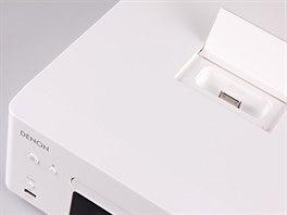 """Na horní straně je pod """"sklápěčkou"""" konektor pro iPod / iPhone, se """"starým"""" 30-pinovým konektorem. Na čelní straně pak klasické USB."""