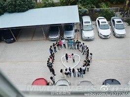 Číňan požádal o ruku přítelkyni a koupil jí 99 iPhonů 6