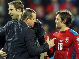 HVĚZDNÝ ČESKÝ TROJLÍSTEK. Petr Čech, Tomáš Rosický a trenér Pavel Vrba slaví vítězství nad Islandem.