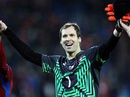 VÍTĚZNÝ ÚSMĚV. Brankář Petr Čech slaví s fanoušky vítězství nad Islandem.