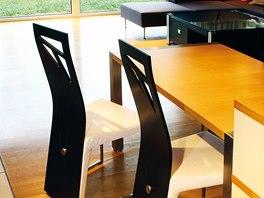 Jídelní stůl je z boku chráněn kuchyňskou linkou.