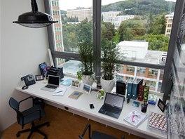 Pracovní místo u okna dovoluje příjemnou relaxaci při výhledu do zeleně.
