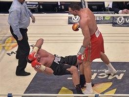 Bulharský boxer Kubrat Pulev padá na zem ringu po úderu Vladimira klička.