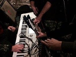 Fotka, kterou Kapela Hr�zy na Facebooku ozn�mila, �e znovu zkou�� v kompletn� sestav�.