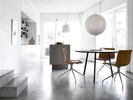 V jídelně umístěné židle Catifa od designérského studia Leievore Altherr Molina pro firmu Arper jsou potažené karamelově zabarvenou jemnou kůží.