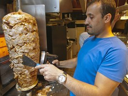 Turecký Arslan Kebab. Fast food v Bozděchově ulici patří už několik let k vyhlášeným rychlopodnikům i mezi samotnými pražskými Turky. V poledne tu bývá fronta, ale obsluha si s tím ví rady.