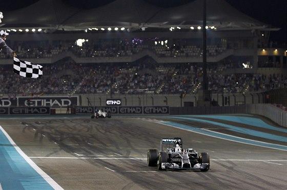 DOBOJOVÁNO, ODMÁVÁNO, ROZHODNUTO. Lewis Hamilton si v Abú Zabí dojel pro titul mistra světa.