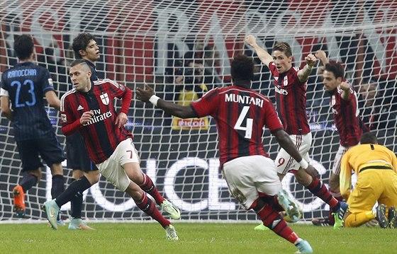 Fotbalist� AC Mil�n oslavuj� g�l Jeremyho Meneze.