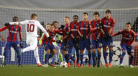 GÓLOVÁ SITUACE. Útočník italského AS Řím Francesco Totti (v bílém) otevřel skóre zápasu proti CSKA Moskva střelou z přímého kopu.