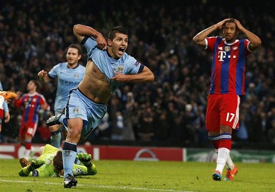 HATTRICK. Útočník Manchesteru City Sergio Agüero právě vstřelil svůj třetí gól do sítě Bayernu Mnichov a rozhodl o výhře anglického týmu 3:2.