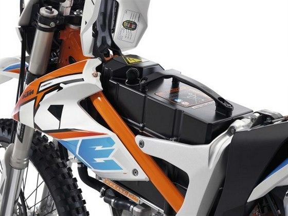 KTM Freeride E - K baterii a nabíjecímu konektoru je velmi snadný přístup.