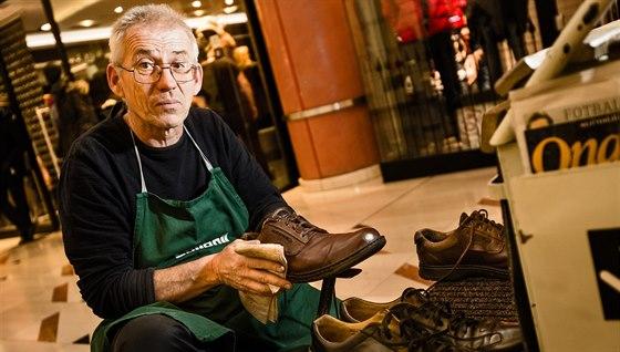 Michal Grivalský od revoluce profesionálně čistí a ošetřuje boty s pojízdným vozíkem po Praze. Přes léto bývá na Václavském náměstí, na zimu je v pasáži Myslbek.