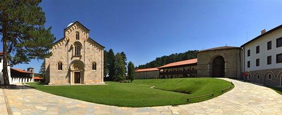 Celý areál kláštera Visoki Dečani je i díky štědrým dotacím a zapsáním na seznam světového dědictví UNESCO nově opraven.