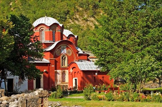 Kostel Svatých apoštolů Patriarchálního kláštera vPeći je obklopen zelení a rozkvetlou zahradou.