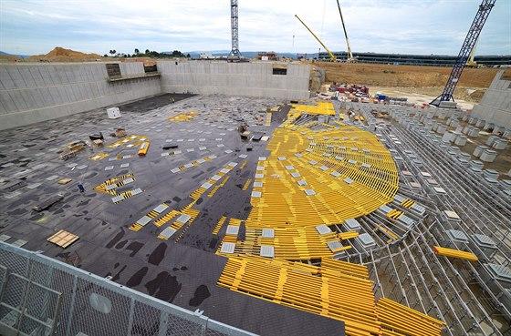 ITER stojí v oblasti, kde se čas od času vyskytují zemětřesení, a tak je základová deska položena na pylonech (jsou vidět vpravo), které mají případné otřesy ztlumit.