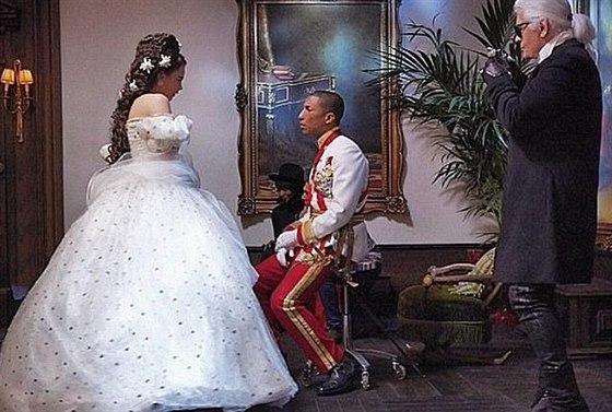Cara Delevingne a Pharrell Williams pod taktovkou Karla Lagerfelda.