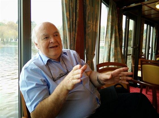 Prof. Lennox si s námi povídal v den svých 69. narozenin.