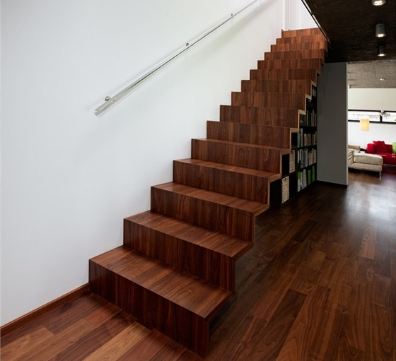 Subtilní dřevěné Schodiště navrhl bratr majitele, schodnice kryje stejné dřevo jako podlahu.