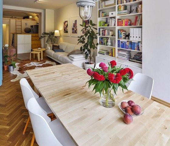 Rozkládací jídelní stůl Norden je z masivní břízy (IKEA). Doplňuje jej tovární lampa a jídelní židle bruselského stylu z šedesátých let minulého století, které Andrea vydražila na Aukru a přelakovala