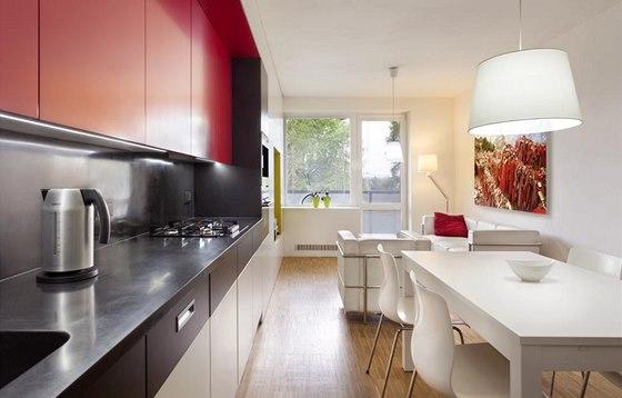 Pevnou nábytkovou stěnu doplňují solitérní kusy nábytku jednotlivých zón.